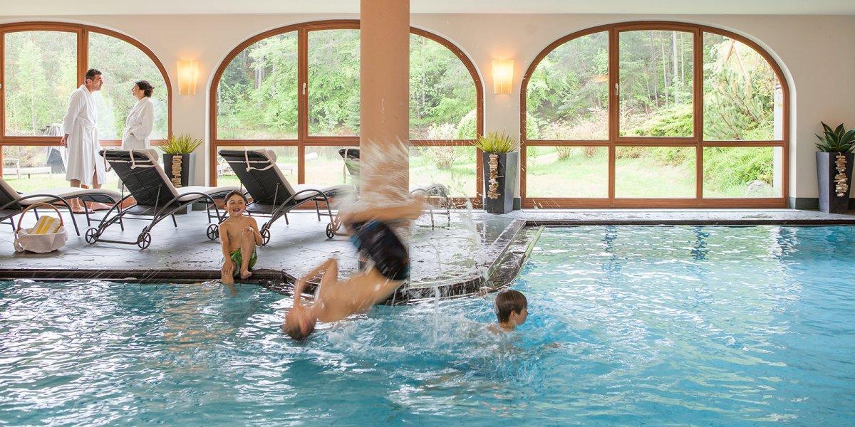 Spa e pool albergo hotel con piscina coperta in alto adige spa picina interna pool con - Hotel con piscina riscaldata montagna ...